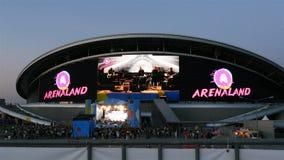 Edificio del centro de entretenimiento con concierto que transmite de la pantalla