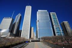Edificio del Chicago con la strada Fotografie Stock Libere da Diritti