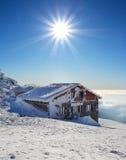 Edificio del cuento de hadas en invierno con el sol. Imagen de archivo