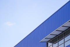 Edificio del espejo azul de la pared y de la ventana Foto de archivo libre de regalías
