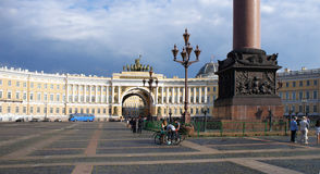 Edificio del estado mayor general y cuadrado del palacio en el St Petersburg Imágenes de archivo libres de regalías