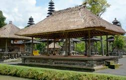 Edificio del estilo del tejado de Bali Foto de archivo libre de regalías