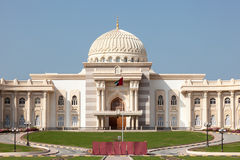 Edificio del gobierno en la ciudad de Sharja imagenes de archivo