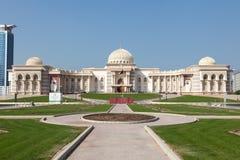 Edificio del gobierno en la ciudad de Sharja Foto de archivo libre de regalías