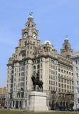Edificio del hígado y estatua reales de rey Edward VII Foto de archivo libre de regalías