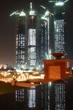 Edificio del horizonte de Abu Dhabi en la noche Foto de archivo