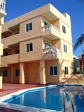 Edificio del hotel con la piscina foto de archivo
