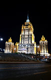 Edificio del hotel de Radisson Ucrania en la noche Imagen de archivo libre de regalías