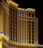 Edificio del hotel en la noche Foto de archivo