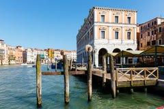 Edificio del mercado al aire libre vacío Mercato di Rialto de los mariscos en Venecia Fotografía de archivo