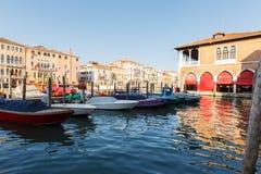 Edificio del mercado al aire libre vacío Mercato di Rialto de los mariscos en Venecia Foto de archivo