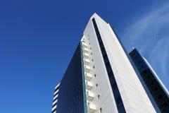 Edificio del negocio en el cielo del fondo Fotografía de archivo libre de regalías