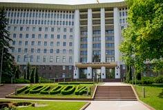 Edificio del parlamento en la República del Moldavia chisinau imagen de archivo libre de regalías