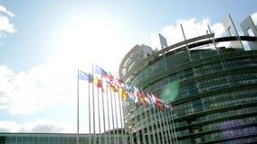 Edificio del Parlamento Europeo con las banderas almacen de metraje de vídeo