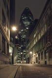 Edificio del pepinillo en la noche Imagenes de archivo