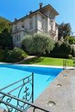Edificio del período con la piscina Fotografía de archivo