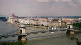 Edificio del puente de cadena y del parlamento en Budapest almacen de video