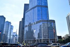 Edificio del rascacielos de la torre del triunfo en el río Chicago fotos de archivo