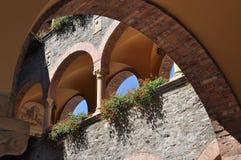 Edificio del renacimiento del patio con las arcadas Foto de archivo libre de regalías