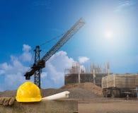Edificio del sector de la construcción en la tierra alta con el casco amarillo Fotos de archivo libres de regalías