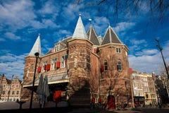 Edificio del siglo XV hermoso situado en el cuadrado de Nieuwmarkt fotos de archivo