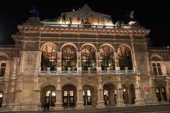 Edificio del teatro de la ópera en Viena Foto de archivo