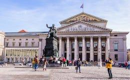 Edificio del teatro nacional y estatua de rey Maximilian Joseph en M Fotos de archivo libres de regalías