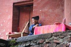 Edificio del templo que se inclina contra una roca vertical en el Taoist de Qiyun Imágenes de archivo libres de regalías