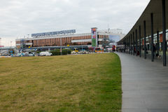 Edificio del terminal A del aeropuerto de Schoenefeld en el tiempo del día Imágenes de archivo libres de regalías
