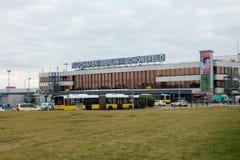 Edificio del terminal A del aeropuerto de Schoenefeld en el tiempo del día Imagen de archivo