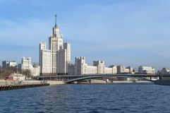 Edificio del terraplén de Kotelnicheskaya y otros edificios fotos de archivo