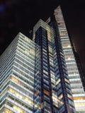Edificio del Times Square en la noche imagenes de archivo