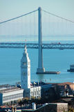 Edificio del transbordador de San Francisco y puente de la bahía Foto de archivo libre de regalías