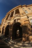 Edificio del tribunal de la pequeña ciudad fotografía de archivo