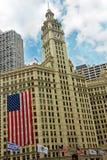 Edificio del Wrigley con la bandiera americana Immagini Stock Libere da Diritti