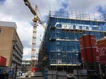 Edificio della costruzione costruito con la gru immagini stock