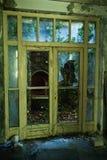 Edificio demolido sucio abandonado, uno de hoteles en COM de Kupari Imagen de archivo libre de regalías