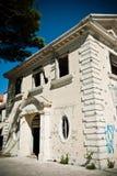 Edificio demolido sucio abandonado, uno de hoteles en COM de Kupari Imagenes de archivo