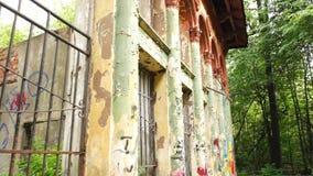 Edificio destruido con los andarches de las columnas almacen de metraje de vídeo