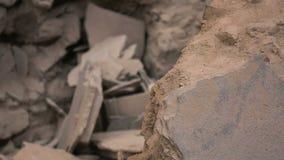 Edificio destruido con los pedazos concretos quebrados, rocas que mienten en pila después de temblor almacen de video