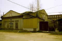 Edificio destruido con subido encima de ventanas de a Imagen de archivo