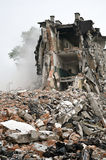 Edificio destruido, escombros. Serie Foto de archivo