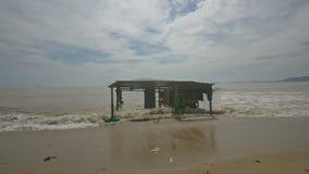Edificio destruido llevado por las ráfagas de viento en el mar bajo Sun