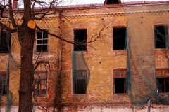 Edificio destruido vacío con las ventanas quebradas Puesta del sol rosada del cielo Foto en colores rojos La atmósfera opresiva d fotografía de archivo