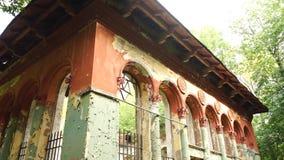 Edificio destruido viejo en el parque metrajes
