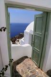 Edificio di Architecturel in Santorini con la porta aperta all'oceano su una festa soleggiata del sommer Immagini Stock