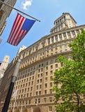 Edificio di 26 Broadway con la bandiera americana Fotografia Stock Libera da Diritti