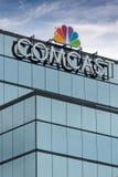Edificio di Comcast e logo di marchio di fabbrica immagini stock libere da diritti