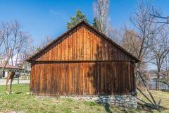 Edificio di legno del villaggio rumeno autentico costruito con i materiali naturali e bio- immagini stock libere da diritti
