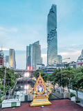 Edificio di Mahanakhon sotto il cielo di sera a Bangkok Fotografia Stock
